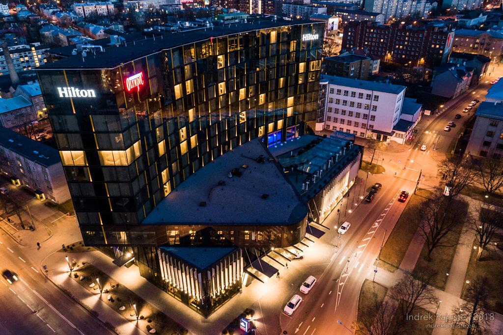 Hiltoni hotell öösel õhust